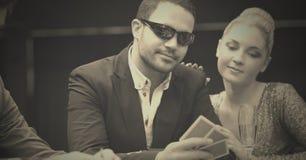 Pokerspelare i kasino royaltyfri foto
