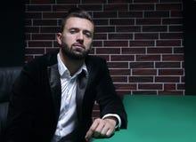 Pokerspelare med dräkten royaltyfria bilder