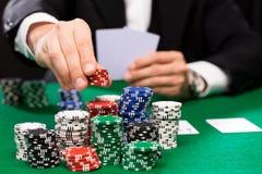 Pokerspelare med kort och chiper på kasinot arkivbild