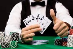 Pokerspelare med kort och chiper på kasinot arkivfoton