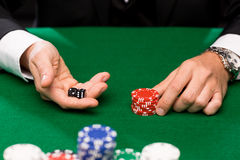 Pokerspelare med tärning och chiper på kasinot Royaltyfri Fotografi