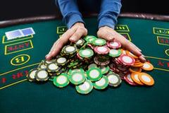Pokerspelare som går all-i att skjuta hans chiper framåtriktat arkivbild