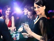 Pokerspelare som sitter i kasino Arkivbild