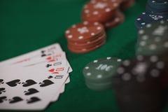 Pokerspiel in Männer ` s Händen auf grüner Tabelle Lizenzfreie Stockfotos