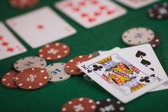 Pokerspiel in Männer ` s Händen auf grüner Tabelle Stockbild
