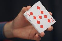 Pokerspiel in Männer ` s Händen auf grüner Tabelle Lizenzfreie Stockfotografie