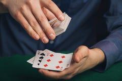 Pokerspiel in Männer ` s Händen auf grüner Tabelle Stockfotografie