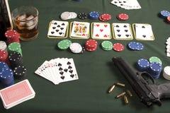 Pokerspiel mit Gewehr Lizenzfreies Stockfoto