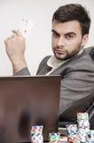Pokerspieler gekleidet in den eleganten haltenen Assen der Klage Lizenzfreie Stockfotografie