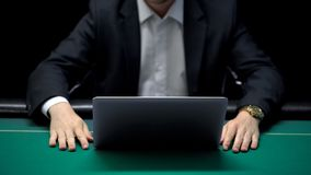 Pokerspielerwarteon-line-Gegner, zum von Wetten, wettbewerbsfähiges Spielen zu machen stockfotos