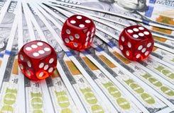 Pokertärningen rullar på räkningar för en dollar, pengar Pokertabell på kasinot Begrepp för pokerlek Spela en lek med tärning Kas Royaltyfri Bild