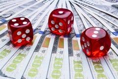 Pokertärningen rullar på räkningar för en dollar, pengar Pokertabell på kasinot Begrepp för pokerlek Spela en lek med tärning Kas Arkivfoto