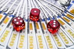 Pokertärningen rullar på räkningar för en dollar, pengar Pokertabell på kasinot Begrepp för pokerlek Spela en lek med tärning Kas Arkivfoton
