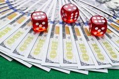 Pokertärningen rullar på räkningar för en dollar, pengar Pokertabell på kasinot Begrepp för pokerlek Spela en lek med tärning Kas Fotografering för Bildbyråer