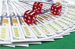 Pokertärningen rullar på räkningar för en dollar, pengar Pokertabell på kasinot Begrepp för pokerlek Spela en lek med tärning Kas Arkivbild