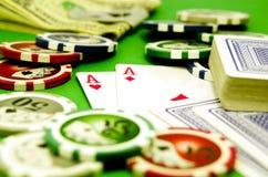 Pokertabelle mit Chips, Geld und Spielkarten Stockfoto