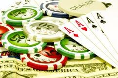Pokertabelle mit Chips, Geld und Spielkarten Lizenzfreies Stockfoto