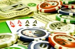Pokertabelle mit Chips, Geld und Spielkarten Stockbilder