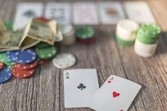 Pokertema med pengar Chiper och kort arkivfoto