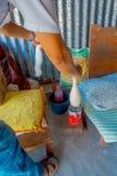 POKHARA, ΝΕΠΑΛ - 6 ΟΚΤΩΒΡΊΟΥ 2017: Κλείστε επάνω των ανθρώπων που περιστρέφουν το μαλλί στην κατασκευή του ιματισμού σαλιών whool Στοκ φωτογραφία με δικαίωμα ελεύθερης χρήσης