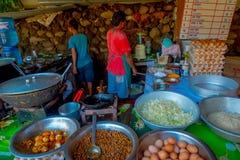 POKHARA, ΝΕΠΑΛ ΣΤΙΣ 10 ΟΚΤΩΒΡΊΟΥ 2017: Κλείστε επάνω τα τρόφιμα, τα νουντλς, το μαρούλι και τα αυγά μέσα των μεταλλικών δίσκων στ Στοκ Φωτογραφία