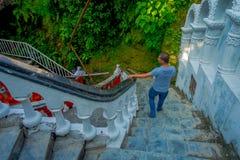 POKHARA, ΝΕΠΑΛ ΣΤΙΣ 10 ΟΚΤΩΒΡΊΟΥ 2017: Μη αναγνωρισμένοι άνθρωποι που περπατούν κάτω και επάνω μέσα Gupteshwor Mahadev, Νεπάλ στοκ φωτογραφίες με δικαίωμα ελεύθερης χρήσης