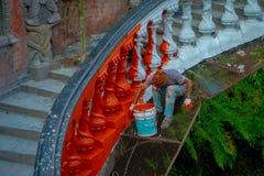 POKHARA, ΝΕΠΑΛ ΣΤΙΣ 10 ΟΚΤΩΒΡΊΟΥ 2017: Μη αναγνωρισμένοι άνθρωποι που χρωματίζουν τα σκαλοπάτια με το κόκκινο μέσα Gupteshwor, Νε Στοκ εικόνες με δικαίωμα ελεύθερης χρήσης