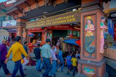 POKHARA, ΝΕΠΑΛ ΣΤΙΣ 10 ΟΚΤΩΒΡΊΟΥ 2017: Οι μη αναγνωρισμένοι άνθρωποι εισάγουν του ναού Tapkeshwar Mahadev σε Dehradun είναι ένα α στοκ φωτογραφίες