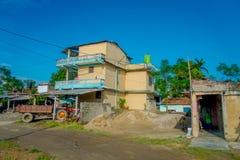 POKHARA, ΝΕΠΑΛ ΣΤΙΣ 10 ΟΚΤΩΒΡΊΟΥ 2017: Παλαιά κτήρια σε μια πόλη Sauraha κοντά σε έναν τομέα ρυζιού σε Sauraha, Νεπάλ Στοκ εικόνα με δικαίωμα ελεύθερης χρήσης