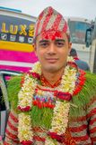 POKHARA, ΝΕΠΑΛ ΣΤΙΣ 10 ΟΚΤΩΒΡΊΟΥ 2017: Πορτρέτο ενός όμορφου ατόμου που φορά τα λουλούδια γύρω από το λαιμό του και που φορά τα χ Στοκ φωτογραφία με δικαίωμα ελεύθερης χρήσης