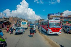 POKHARA, ΝΕΠΑΛ ΣΤΙΣ 10 ΟΚΤΩΒΡΊΟΥ 2017: Υπαίθρια άποψη του ασφαλτωμένου δρόμου με το traffict, μερικές μοτοσικλέτες, αυτοκίνητα πο Στοκ Εικόνες