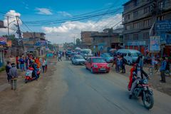 POKHARA, ΝΕΠΑΛ ΣΤΙΣ 10 ΟΚΤΩΒΡΊΟΥ 2017: Υπαίθρια άποψη του ασφαλτωμένου δρόμου με μερικές μοτοσικλέτες, αυτοκίνητα που σταθμεύουν  Στοκ εικόνες με δικαίωμα ελεύθερης χρήσης