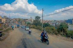 POKHARA, ΝΕΠΑΛ ΣΤΙΣ 10 ΟΚΤΩΒΡΊΟΥ 2017: Υπαίθρια άποψη του ασφαλτωμένου δρόμου με μερικές μοτοσικλέτες, αυτοκίνητα που σταθμεύουν  Στοκ Εικόνες