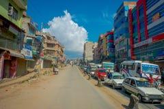 POKHARA, ΝΕΠΑΛ ΣΤΙΣ 10 ΟΚΤΩΒΡΊΟΥ 2017: Υπαίθρια άποψη του ασφαλτωμένου δρόμου με μερικές μοτοσικλέτες, αυτοκίνητα που σταθμεύουν  Στοκ φωτογραφία με δικαίωμα ελεύθερης χρήσης