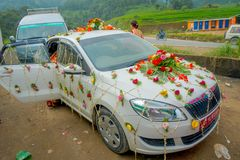 POKHARA, ΝΕΠΑΛ ΣΤΙΣ 10 ΟΚΤΩΒΡΊΟΥ 2017: Όμορφο αυτοκίνητο που εξωραΐζεται με τα λουλούδια και τους χωρικούς που γιορτάζουν έναν νε Στοκ φωτογραφίες με δικαίωμα ελεύθερης χρήσης