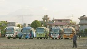 POKHARA, ΝΕΠΑΛ - ΤΟ ΜΆΡΤΙΟ ΤΟΥ 2018: Κεντρική στάση λεωφορείου με τα λεωφορεία τουριστών στη μεγάλη πόλη Pokhara φιλμ μικρού μήκους