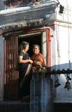 pokhara του Νεπάλ 25 Σεπτεμβρίου 2008: Ηλικιωμένες γυναίκες στο saree - ένας προσκυνητής σε έναν ινδό ναό της θεάς Durga στοκ φωτογραφία με δικαίωμα ελεύθερης χρήσης