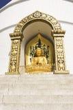 POKHARA, НЕПАЛ, 20-ОЕ МАЯ: Золото Будда от пагоды международного мира Стоковая Фотография RF