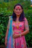 POKHARA, НЕПАЛ - 4-ОЕ НОЯБРЯ 2017: Закройте вверх красивый носить женщины типичные одежды Pokhara, Непал, в природе Стоковое Изображение