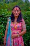 POKHARA, НЕПАЛ - 4-ОЕ НОЯБРЯ 2017: Закройте вверх красивый носить женщины типичные одежды Pokhara, Непал, в природе Стоковое Фото