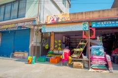 POKHARA, НЕПАЛ - 6-ОЕ ОКТЯБРЯ 2017: Внешний взгляд продовольственного рынка с улицей мостоваой, расположенный в Pokhara, Непал Стоковая Фотография