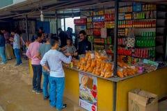 POKHARA, НЕПАЛ 10-ОЕ ОКТЯБРЯ 2017: Еда неопознанных людей покупая в магазине рынка в Pokhara, Непале Стоковые Фотографии RF