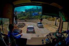 POKHARA, НЕПАЛ 10-ОЕ ОКТЯБРЯ 2017: Закройте вверх водителя автобуса от cabain управляя тележкой на дороге в улицах Стоковые Фотографии RF