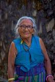 POKHARA, НЕПАЛ - 6-ОЕ ОКТЯБРЯ 2017: Закройте вверх старой тибетской женщины представляя для камеры в деревне ling Tashi Tashi Lin Стоковое Фото