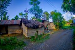 POKHARA, НЕПАЛ 10-ОЕ ОКТЯБРЯ 2017: Закройте вверх старых зданий близко к скалистой улице в городке Sauraha, Непале Стоковая Фотография
