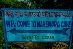 POKHARA, НЕПАЛ 10-ОЕ ОКТЯБРЯ 2017: Информативный знак красивого сада в входе ` s devi падает в Pokhara, Непал Стоковые Фотографии RF