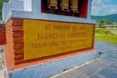 POKHARA, НЕПАЛ - 6-ОЕ ОКТЯБРЯ 2017: Информативный знак написанный над облицеванной структурой на outdoors, в Pokhara, Непал Стоковые Фото