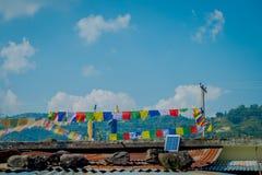 POKHARA, НЕПАЛ - 6-ОЕ ОКТЯБРЯ 2017: Красивый внешний взгляд красочных флагов над корни здания, в Pokhara, Непал Стоковое Фото