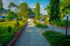 POKHARA, НЕПАЛ 10-ОЕ ОКТЯБРЯ 2017: Красивый сад в входе ` s devi падает в Pokhara, Непал Стоковые Фотографии RF