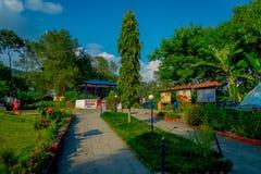 POKHARA, НЕПАЛ 10-ОЕ ОКТЯБРЯ 2017: Красивый сад в входе ` s devi падает в Pokhara, Непал Стоковое Изображение